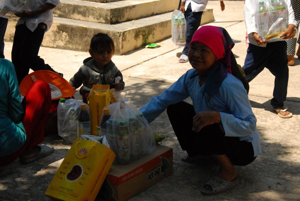 Linh Chi Nông Lâm tặng quà cho những người gặp hoàn cảnh khó khăn